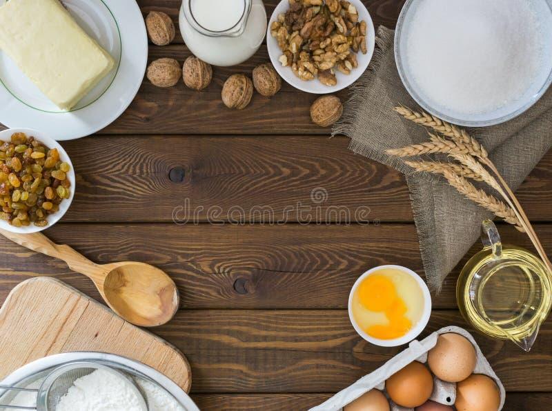 Κέικ ψησίματος στην αγροτική κουζίνα, συστατικά συνταγής ζύμης Copyspace στοκ φωτογραφία