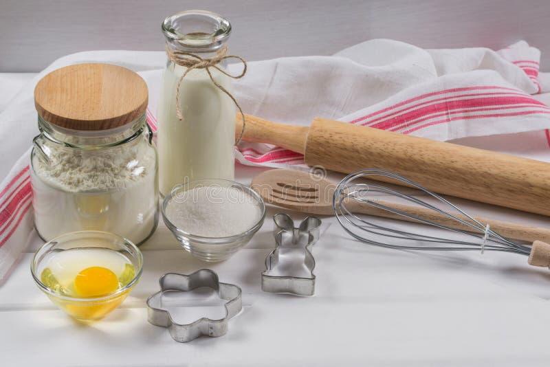 Κέικ ψησίματος Συστατικά συνταγής ζύμης και κυλώντας καρφίτσα στοκ εικόνα με δικαίωμα ελεύθερης χρήσης