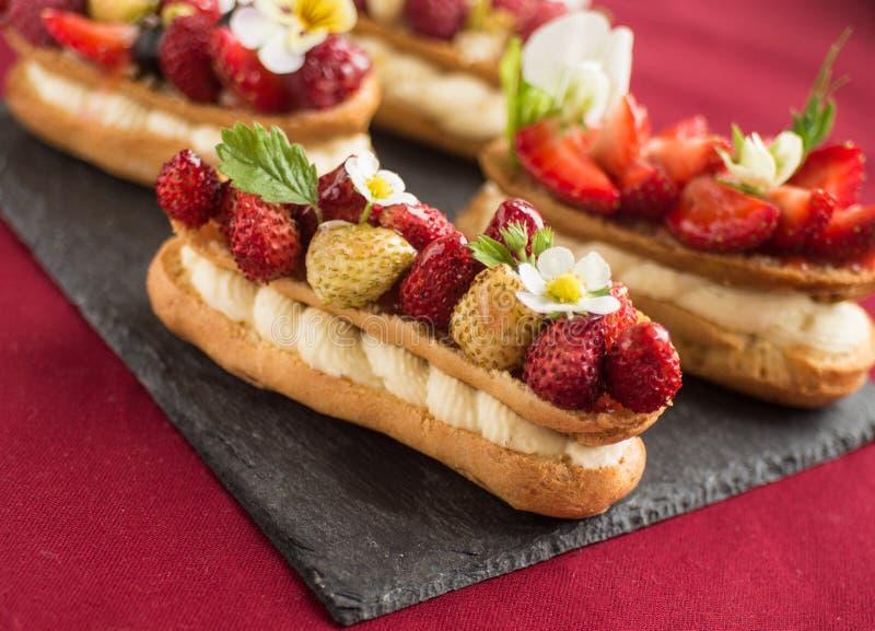 Κέικ ECLAIR με τις φράουλες στοκ εικόνα με δικαίωμα ελεύθερης χρήσης