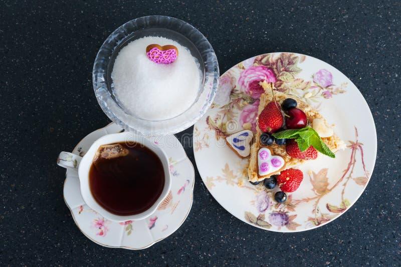 Κέικ Napoleon και φλυτζάνι του τσαγιού στοκ φωτογραφία