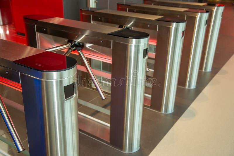 Κέντρο γραφείων ασφάλειας Περιστροφική πύλη με τον αναγνώστη καρτών Ηλεκτρονικό σημείο ελέγχου με μια περιστροφική πύλη στο κέντρ στοκ εικόνα