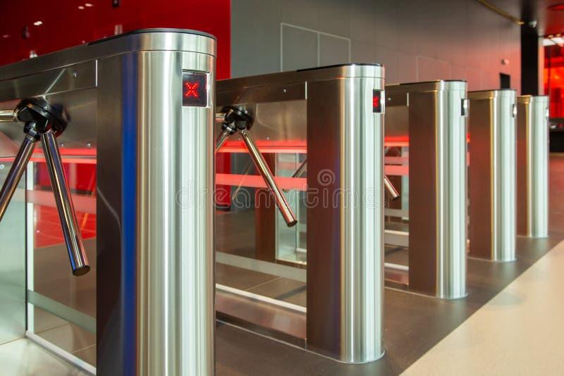 Κέντρο γραφείων ασφάλειας Περιστροφική πύλη με τον αναγνώστη καρτών Ηλεκτρονικό σημείο ελέγχου με μια περιστροφική πύλη στο κέντρ στοκ φωτογραφίες