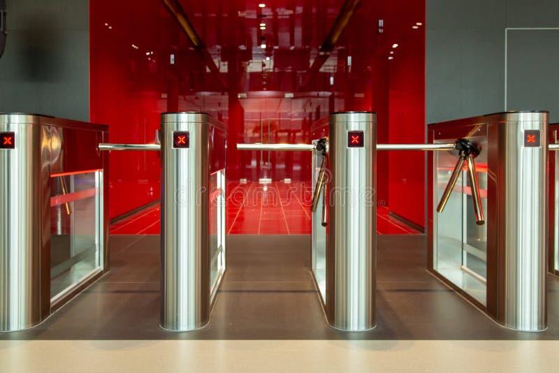 Κέντρο γραφείων ασφάλειας Περιστροφική πύλη με τον αναγνώστη καρτών Ηλεκτρονικό σημείο ελέγχου με μια περιστροφική πύλη στο κέντρ στοκ φωτογραφίες με δικαίωμα ελεύθερης χρήσης