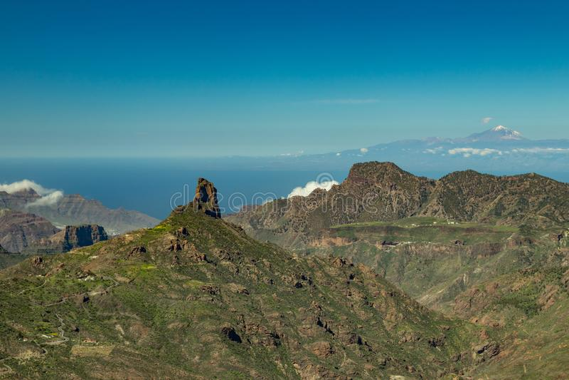 Κέντρο θλγραν θλθαναρηα Θεαματική εναέρια άποψη πέρα από Caldera de Tejeda προς Teide Tenerife Διάσημο Roque Bentayga επάνω στοκ φωτογραφία
