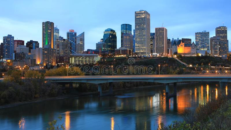 Κέντρο πόλεων του Έντμοντον, Καναδάς τη νύχτα με τις αντανακλάσεις στον ποταμό στοκ εικόνες
