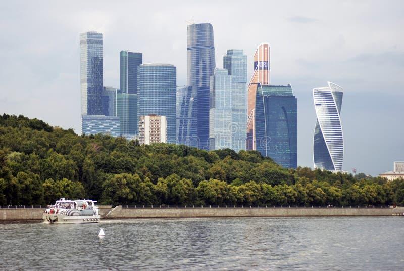 Κέντρο πόλεων της Μόσχας Πανιά κρουαζιερόπλοιων κατά μήκος των κτηρίων στοκ φωτογραφίες