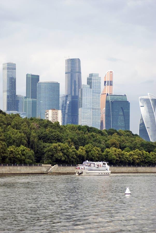 Κέντρο πόλεων της Μόσχας Πανιά κρουαζιερόπλοιων κατά μήκος των κτηρίων στοκ φωτογραφία με δικαίωμα ελεύθερης χρήσης