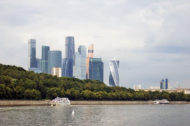 Κέντρο πόλεων της Μόσχας Πανιά κρουαζιερόπλοιων κατά μήκος των κτηρίων στοκ εικόνα