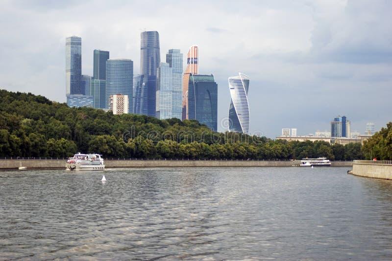 Κέντρο πόλεων της Μόσχας Πανιά κρουαζιερόπλοιων κατά μήκος των κτηρίων στοκ φωτογραφίες με δικαίωμα ελεύθερης χρήσης