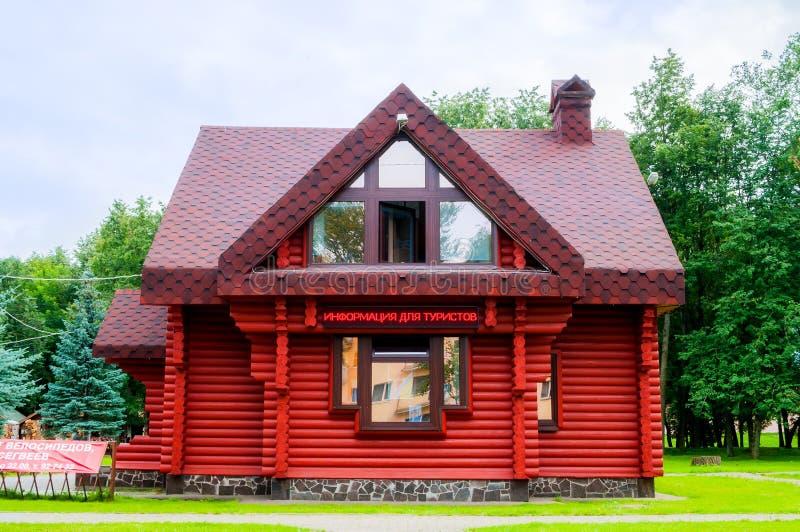 Κέντρο πληροφόρησης κόκκινο Izba τουριστών σε Veliky Novgorod, Ρωσία στοκ φωτογραφία με δικαίωμα ελεύθερης χρήσης