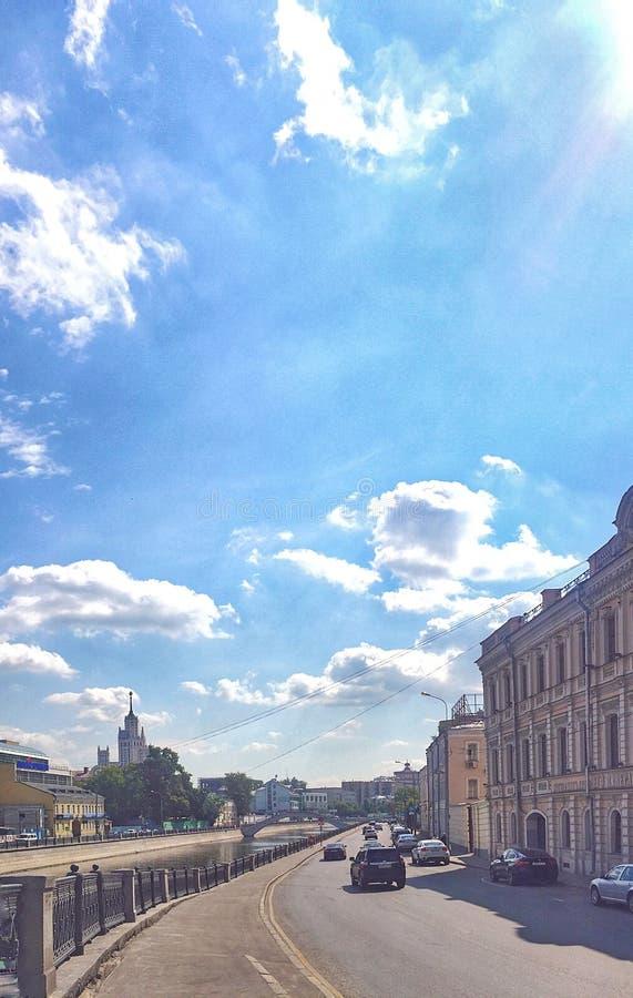 Κέντρο της Μόσχας (naberezhnaya Ovchinnikovskaya) το καλοκαίρι στοκ φωτογραφία με δικαίωμα ελεύθερης χρήσης