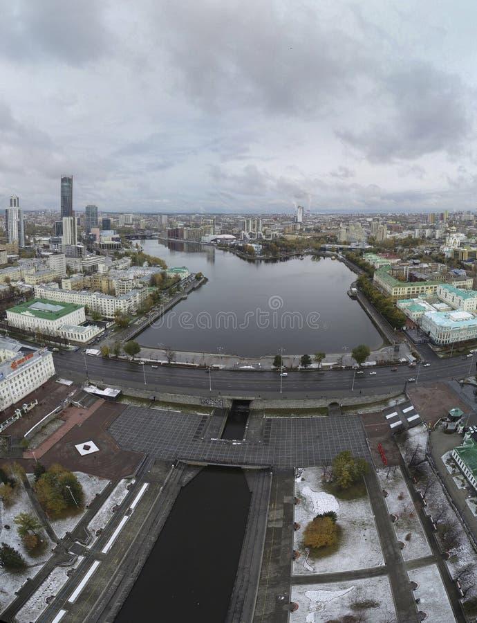 Κέντρο Yekaterinburg, λίμνη πόλεων στοκ φωτογραφία με δικαίωμα ελεύθερης χρήσης