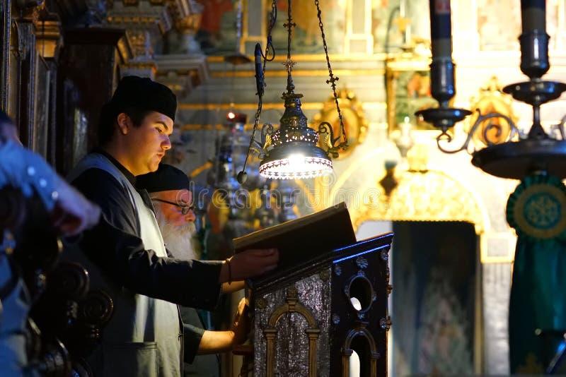 Κέρκυρα, Ελλάδα, στις 18 Οκτωβρίου 2018, μάζα που γιορτάζεται από τους μοναχούς στο μοναστήρι της Virgin Mary σε Paleokastritsa στοκ φωτογραφίες