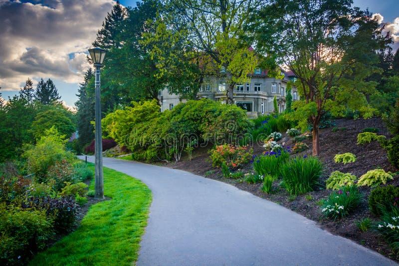 Κήποι κατά μήκος μιας διάβασης πεζών έξω από το μέγαρο Pittock, στο Πόρτλαντ στοκ φωτογραφίες