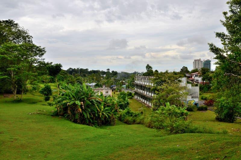 Κήποι με την οικοδόμηση της άποψης από το οχυρό Margherita hll Kuching Sarawak Μαλαισία στοκ εικόνες