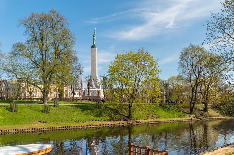Κήποι προμαχώνων με την άποψη του μνημείου ελευθερίας στη Ρήγα, Λετονία στοκ εικόνα