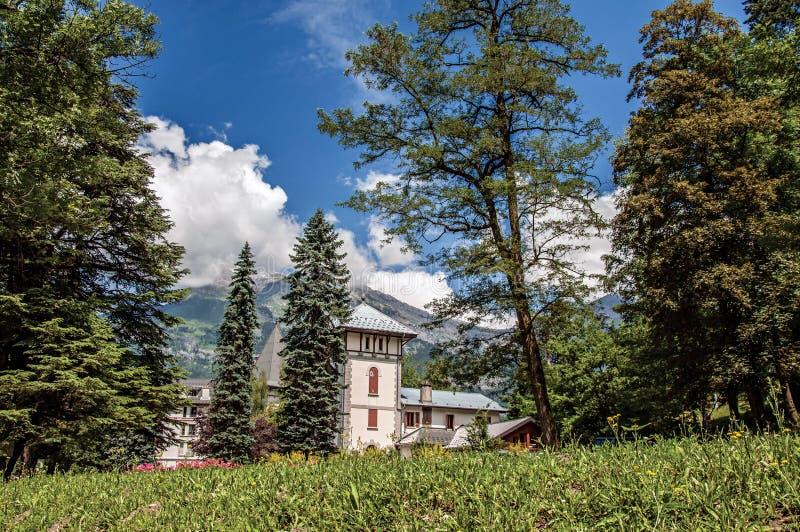 Κήποι σε Άγιος-Gervais-Les-Bains με το αλπικό τοπίο βουνών στοκ φωτογραφία με δικαίωμα ελεύθερης χρήσης