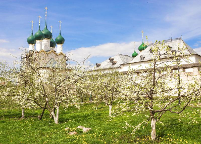 Κήπος άνοιξη στο Ροστόφ Κρεμλίνο, Ρωσία στοκ εικόνες με δικαίωμα ελεύθερης χρήσης