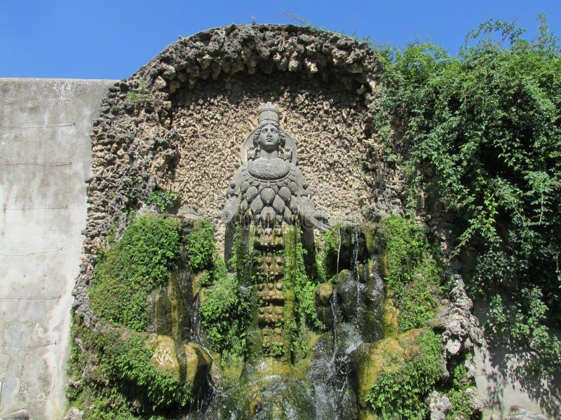 Κήπος βιλών d'Este με τις πηγές και τα παλαιά αγάλματα στοκ εικόνες