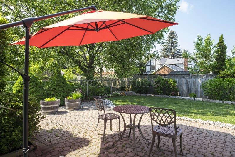 Κήπος κατωφλιών με τη φωτεινή πορτοκαλιά Cantilever ομπρέλα 2 στοκ φωτογραφία με δικαίωμα ελεύθερης χρήσης