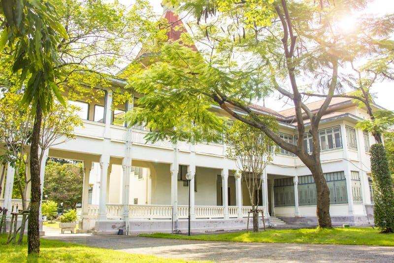 Κήπος κατωφλιών στο ευρωπαϊκό παλάτι ύφους στη Μπανγκόκ στοκ φωτογραφία με δικαίωμα ελεύθερης χρήσης