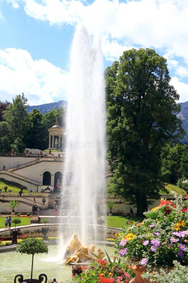 Κήπος με τα αγάλματα και τις πηγές το κάστρο Linderhof στη Γερμανία στοκ εικόνα
