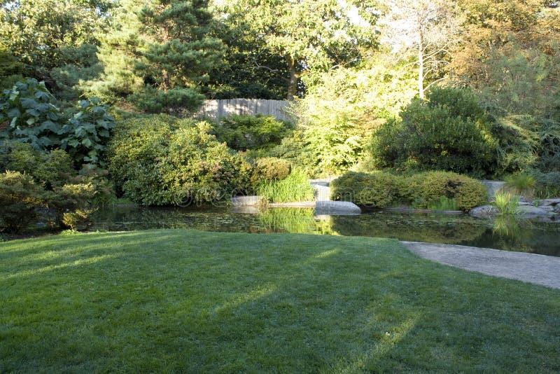 Κήπος με το συμπαθητικούς χορτοτάπητα και τη λίμνη στοκ φωτογραφία με δικαίωμα ελεύθερης χρήσης
