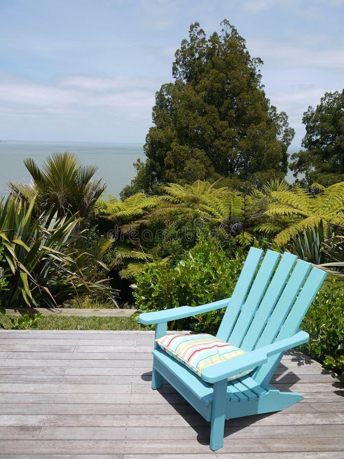 Κήπος: μπλε έδρα στην ξύλινη γέφυρα στοκ εικόνα με δικαίωμα ελεύθερης χρήσης