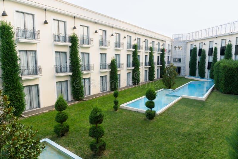 Κήπος ξενοδοχείων πολυτελείας με τις πηγές και το χορτοτάπητα στοκ φωτογραφίες με δικαίωμα ελεύθερης χρήσης