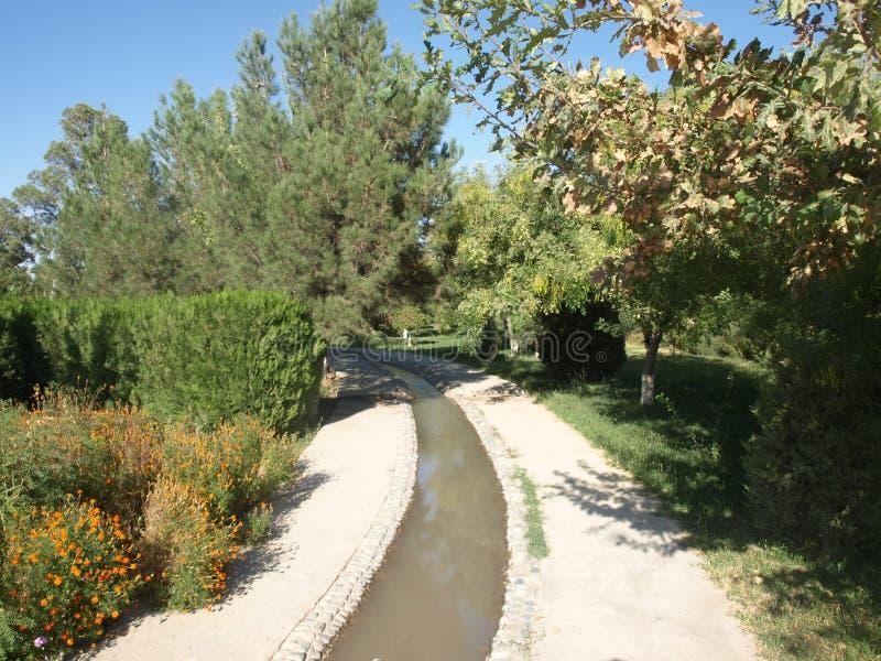 Κήπος στο μαυσωλείο Al-Hakim Al-Termezi, Ουζμπεκιστάν στοκ εικόνα
