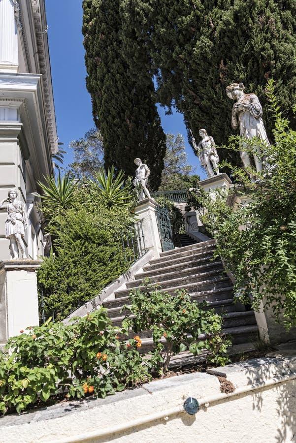 Κήπος στο παλάτι Achilleion στο νησί της Κέρκυρας Ελλάδα που χτίζεται από την αυτοκράτειρα Elizabeth της Αυστρίας Sissi στοκ φωτογραφία
