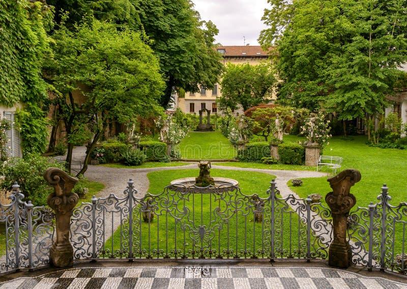 Κήπος του σπιτιού Atellani από το πίσω μέρος, Museo Vigna Di Leonardo, Μιλάνο στοκ εικόνα