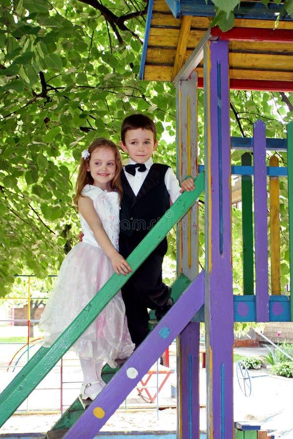 Κίεβο Ουκρανία 23 05 2008 ένα μικρό αγόρι και λίγο ένα μικρό κορίτσι έντυσε όπως μια νύφη και έναν νεόνυμφο στοκ φωτογραφίες με δικαίωμα ελεύθερης χρήσης
