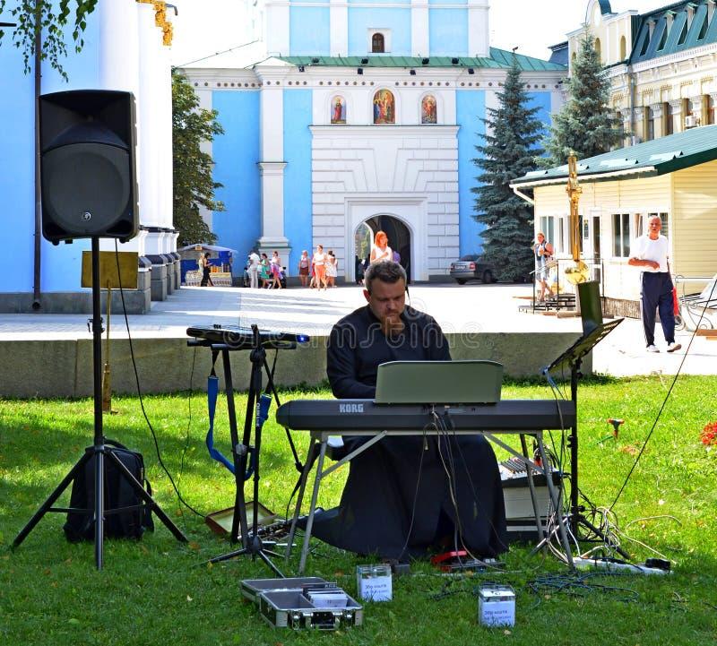 Κίεβο, Ουκρανία - 19 Αυγούστου 2017: Ο ορθόδοξος ιερέας δίνει μια συναυλία στοκ φωτογραφία