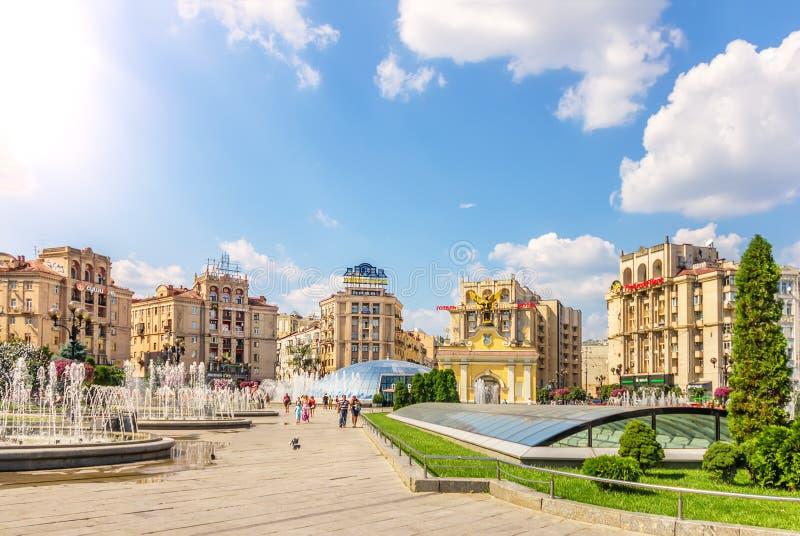 Κίεβο, Ουκρανία - 15 Αυγούστου 2018: Τετραγωνικές πηγές ανεξαρτησίας, και κτήρια και Lach Γκέιτς το καλοκαίρι στοκ εικόνα