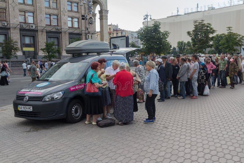Κίεβο, Ουκρανία - 19 Ιουνίου 2016: Οι εθελοντές διανέμουν τα τρόφιμα άστεγος και ενδεής στην οδό Khreshchatyk στοκ εικόνες