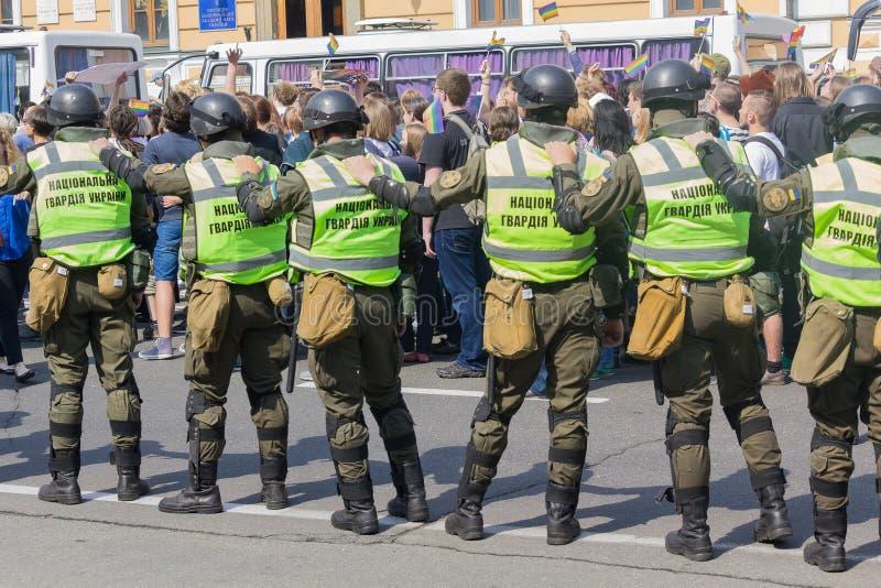 Κίεβο, Ουκρανία - 18 Ιουνίου 2017: Οι στρατιώτες της εθνικής φρουράς φρουρούν τους συμμετέχοντες του του Μαρτίου LGBT στοκ φωτογραφίες