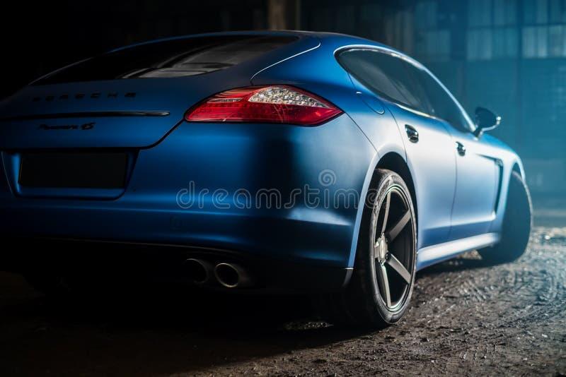 Κίεβο, Ουκρανία - 14 μπορούν το 2014: Μπλε της Porsche Panamera στο παλαιό εργοστάσιο πίσω άποψη panamera της Porsche στοκ φωτογραφία