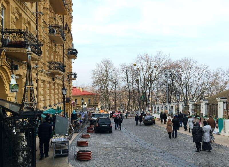 Κίεβο Ουκρανία - το Μάρτιο του 2017: Οι πεζοί περπατούν κατά μήκος του Andreevsk στοκ εικόνες