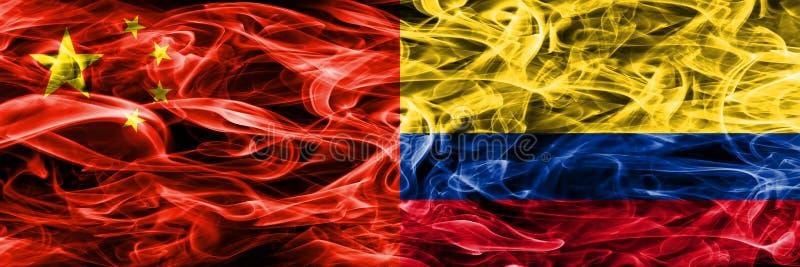 Κίνα εναντίον των σημαιών καπνού της Κολομβίας που τοποθετούνται δίπλα-δίπλα ελεύθερη απεικόνιση δικαιώματος