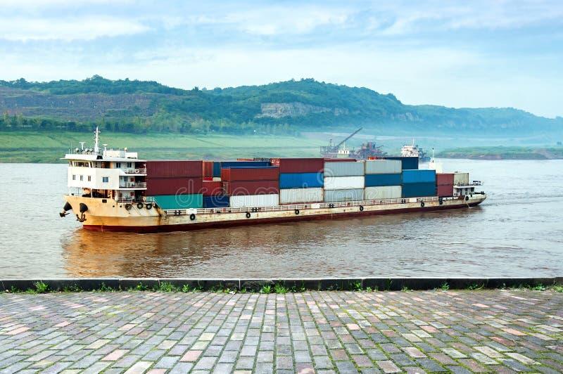 Κίνα και το φορτηγό πλοίο ποταμών Yangtze στοκ εικόνα
