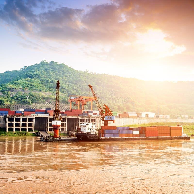 Κίνα και το φορτηγό πλοίο ποταμών Yangtze στοκ εικόνα με δικαίωμα ελεύθερης χρήσης
