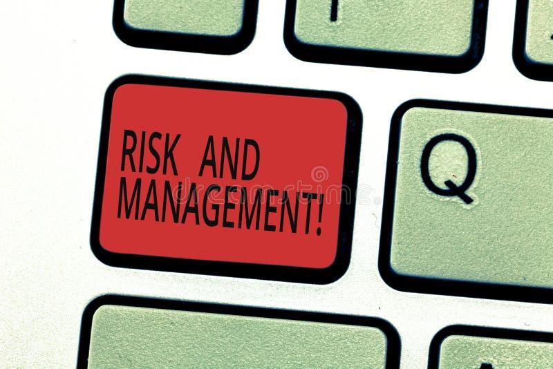 Κίνδυνος και διαχείριση γραψίματος κειμένων γραφής Η έννοια που σημαίνει προβλέποντας τους οικονομικούς κινδύνους αξιολόγησης ελα στοκ φωτογραφία με δικαίωμα ελεύθερης χρήσης