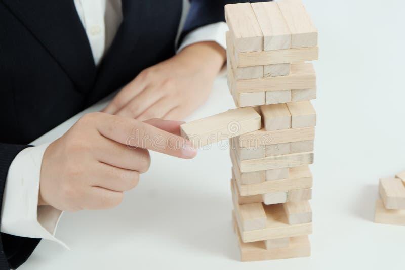 Κίνδυνος και στρατηγική προγραμματισμού στο παιχνίδι επιχειρηματιών που τοποθετεί τον ξύλινο φραγμό στοκ εικόνες με δικαίωμα ελεύθερης χρήσης