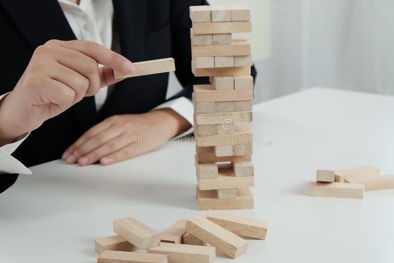 Κίνδυνος και στρατηγική προγραμματισμού στο παιχνίδι επιχειρηματιών που τοποθετεί τον ξύλινο φραγμό Επιχειρησιακή έννοια για τη δ στοκ εικόνες