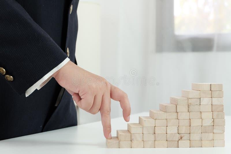 Κίνδυνος και στρατηγική προγραμματισμού στο παιχνίδι επιχειρηματιών που τοποθετεί τον ξύλινο φραγμό Επιχειρησιακή έννοια για τη δ στοκ εικόνα με δικαίωμα ελεύθερης χρήσης
