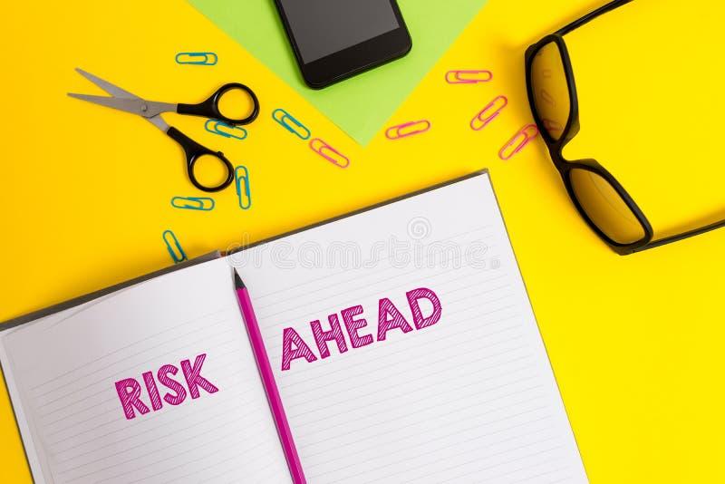 Κίνδυνος κειμένων γραψίματος λέξης μπροστά Επιχειρησιακή έννοια για την πιθανότητα Α ή την απειλή της ζημίας, ζημία, ευθύνη, φύλλ στοκ εικόνες