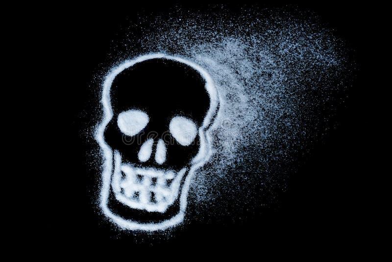 Κίνδυνος της ζάχαρης Έννοια άσπρης ζάχαρης ζημιάς που διαμορφώνει ένα κρανίο Με το κείμενο που απομονώνεται σε ένα μαύρο υπόβαθρο στοκ φωτογραφία με δικαίωμα ελεύθερης χρήσης