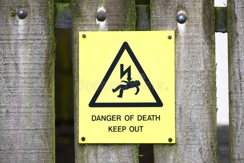 Κίνδυνος του σημαδιού θανάτου στον ξύλινο φράκτη στοκ εικόνα