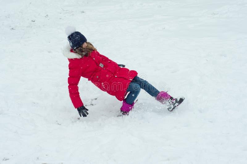 Κίνδυνος, το κορίτσι που γλιστριούνται χειμερινός και πτώσεις στοκ φωτογραφίες με δικαίωμα ελεύθερης χρήσης